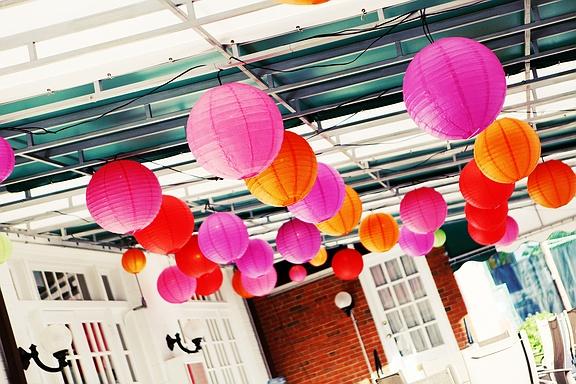 terrasse-coloree-mariage-rose-orange-lampion